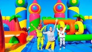 Vlad und Nikita in der weltgrößten Hüpfburg für Kinder