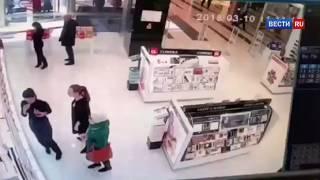 Камеры наблюдения зафиксировали убийство ревнивцем соперника в сургутском ТЦ   Россия 24   YouTube