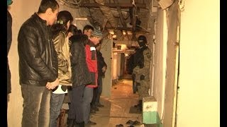 В Химках снова пойманы нелегальные мигранты(Что и кто скрывается в Химкинских подвалах? Оказывается, по соседству с инженерными коммуникациями и мелки..., 2014-03-04T14:26:45.000Z)