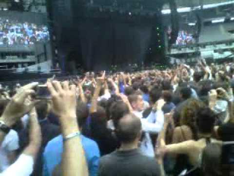 Alors on danse , on danse avec Stromae au Stade de France en attendant les Black Eyed Peas