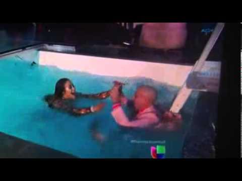 Jennifer Lopez Empuja a Pitbull a La Piscina Premios Juventud 2013 HD