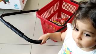 Ayşe Ebrar Market Alışverişine Gitti. Market Arabası ile Birsürü Abur Cubur Aldı.