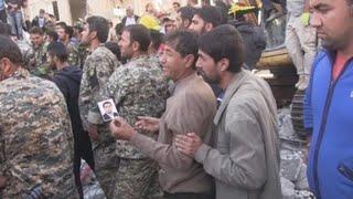 Damnificados del terremoto en Irán buscan a sus allegados desaparecidos