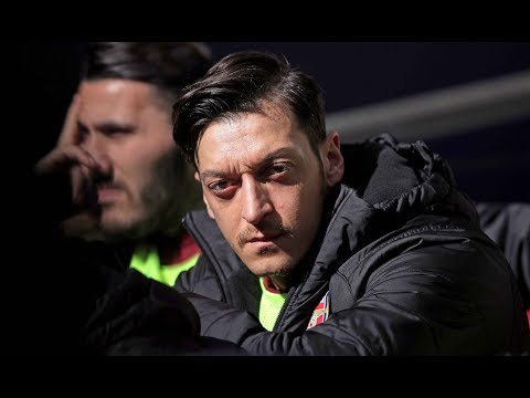 TREFFEN MIT PRÄSIDENTEN: Mesut Özil überreicht Erdogan eine besondere Einladung