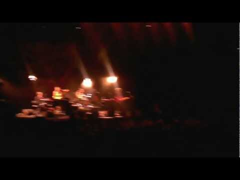 Audience member at Neil Finn and Paul Kelly concert astounds all with his voice