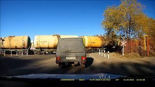 Грубо нарушает водитель и железнодорожник на переезде