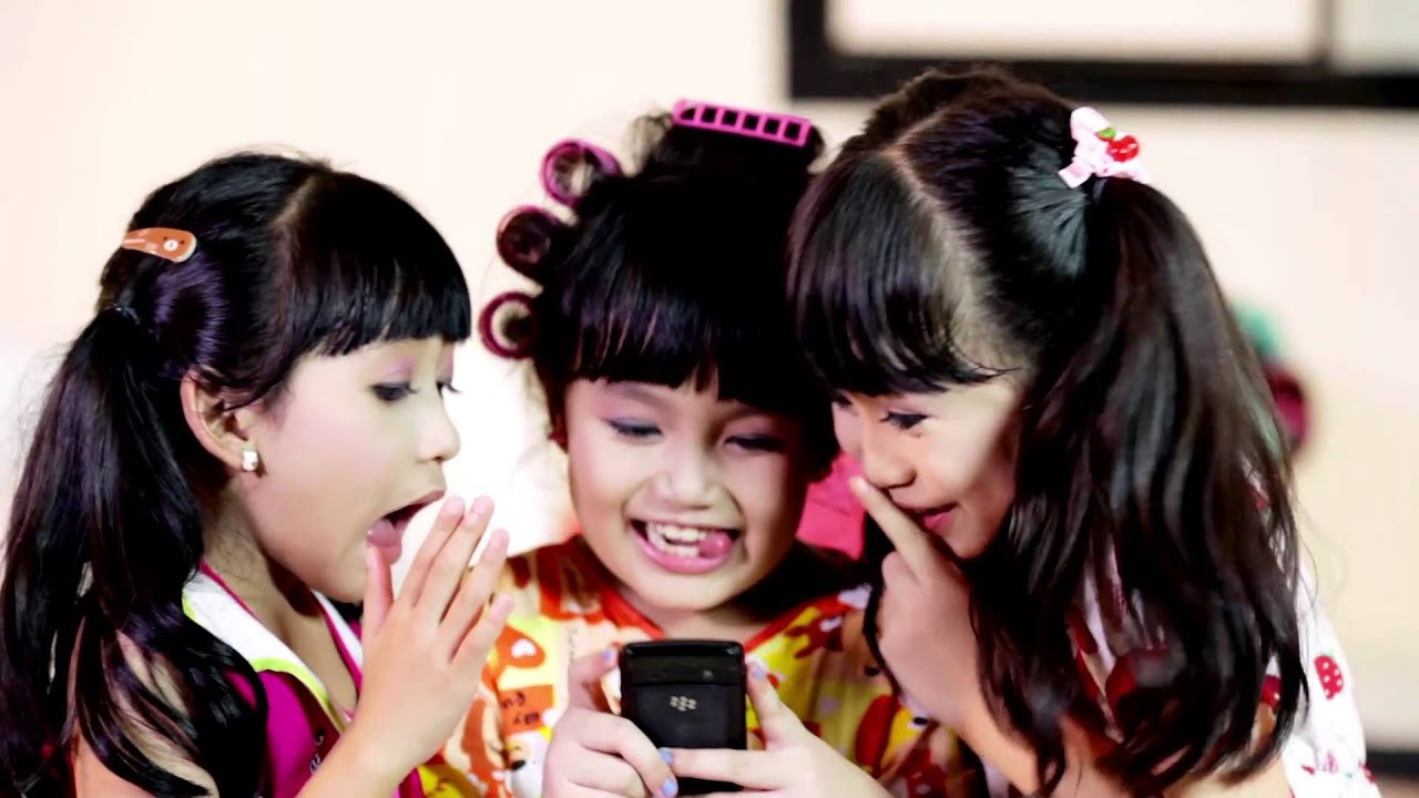 Little Angels Mama Online musik video
