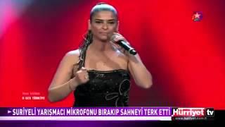 O Ses Türkiyede Mikrofonunu Yere Koyup Sahneyi Terk Etdi! Ebru Gündeşin Sözlerine Alındı!