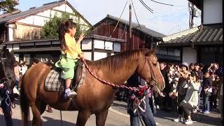 キャッスルロードをパレードする新井美羽ちゃん、小松和重さん、井之脇...