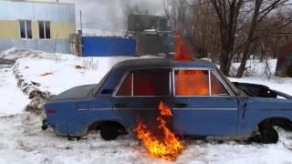 Человек сжигает машину