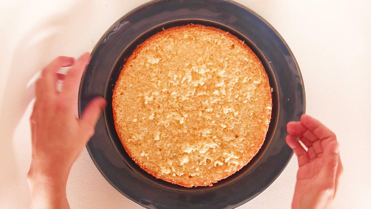 Pão de ló recheado com doce de morango e com cobertura de queijo creme e iogurte