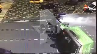 Смотреть видео ДТП.  Полиция протаранила газель.  Пожар. 06 08 2018  Москва онлайн