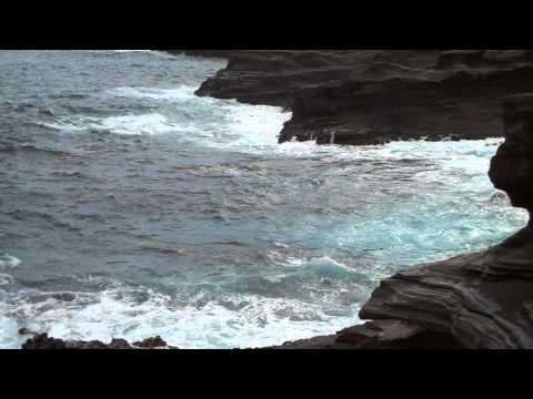 Waves against the cliffs at Lanai Lookout