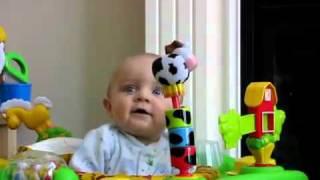 bambino terrorizzato al soffio del naso della mamma!