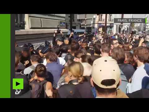 Des étudiants opposés à la politique de Macron manifestent devant la Sorbonne