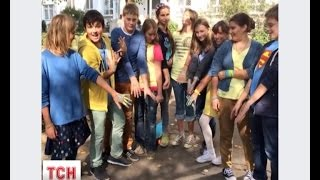 Учні однієї з московських шкіл на уроки прийшли в жовто-блакитному одязі
