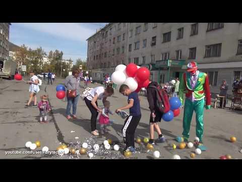 Колыма. Клоун Гоша веселит Сусуманский народ на дне флага. Шоу-мэн