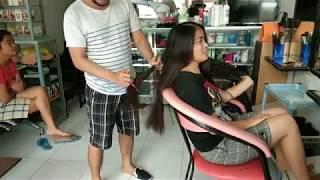Dua wanita bersaudara potong rambut