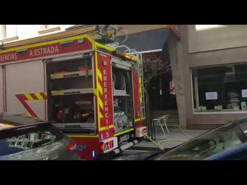 Los bomberos sofocan un incendio en una cafetería en A Estrada