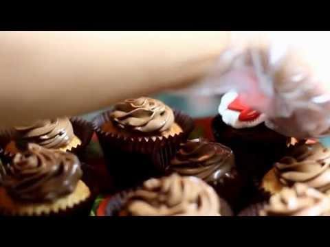 Капкейки (кексы) с начинкой и со съедобными фотографиями.  Cupcakes and stuffed with edible photos
