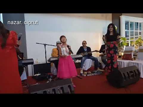 Ina Permata Sari.. Payung Hitam.. Di Acara Pernikahan Krisna Dan Rian Di Kediri