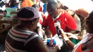 #autárquicas Matola dia 9 Calisto Cossa no contacto interpessoal no mercado Santos