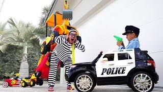 تلعب سينيا مهنة ضابط الشرطة وتلتقط لصًا