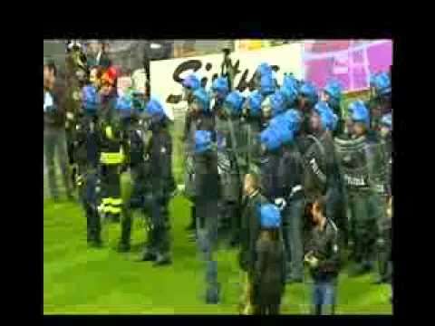 YouTube        - Italia Serbia scontri a Genova partita rinviata.wmv-Italijanska verzija!!!!!!!!