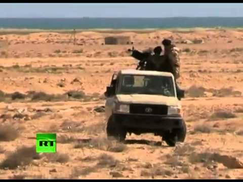 Video de los rebeldes Libia bajo el fuego como ataques aéreos