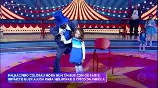 Baixar Palhacinho Colorau e família se apresentam no palco do Hora do Faro
