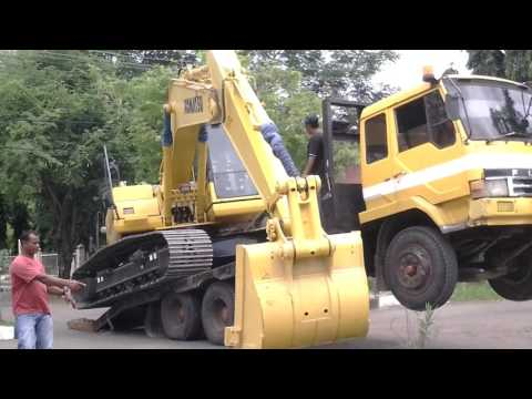 Loading on Tag Trailer in Aceh Excavator Komatsu PC 200-8