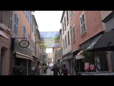 Sanary-Sur-Mer.L' art suspendu dans le centre ville.