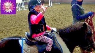 Развлечения зимой с детьми #3 Милана жокей катается на Пони лошади скачки на лошадях