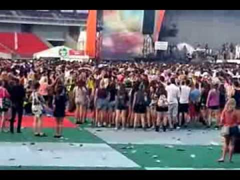 guy inspires dance group at arcade fire sydney big day out 2014 live