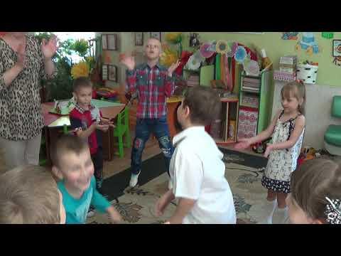 Малыши поздравляют мальчика с Днем рождения в Детском саду