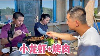 农家小院里享受美食,香辣龙虾尾配蔬菜包烤肉,这小生活太滋润!
