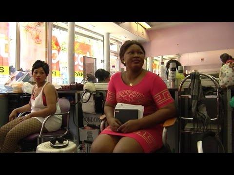 Reportage : à Paris, les coiffeuses sans-papiers de Château d'eau se rebellent
