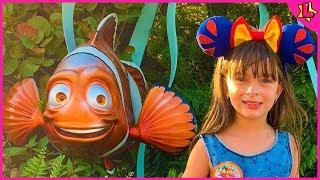 Laurinha Finge Brincar no Parque de Diversão Epcot da Disney