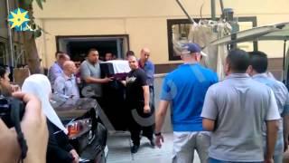 بالفيديو : لحظة خروج جثمان الفنان نور الشريف من المستشفي ملفوفا بعلم مصر