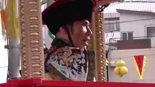 皇帝パレードには、皇帝、皇后の御輿を中心に、旗隊など総勢約150人が豪...