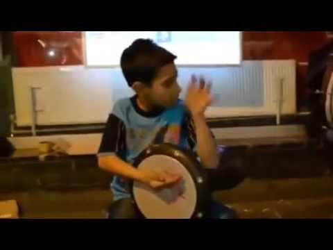 عزف الدربوكه بشكل جنوني من طفل