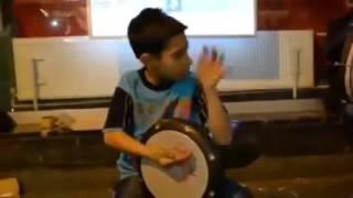 طفل مذهل بعزفه على الدربوكة عزف جنوني روووعة