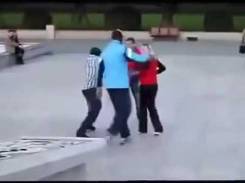 Kickboxer schlägt ganze Gang K.O die eine Frau an den Arsch fässt
