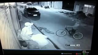De bicicleta, assaltantes armados roubam pedestres no centro de Goiana