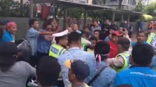vuclip VIDEO Detik-detik Bentrok Gojek Dengan Supir Taksi Blue Bird di Jakarta