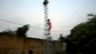 Nữ sinh trèo cột điện.AVI