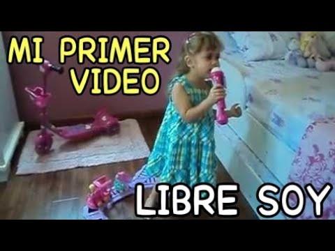 Niña de 3 años cantando