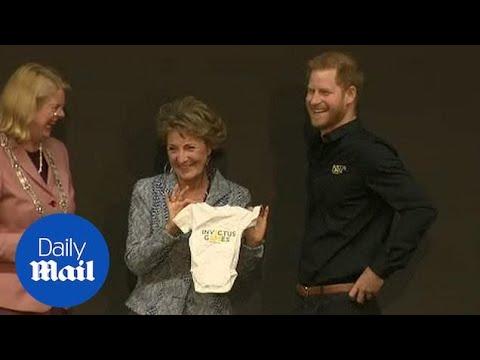 Принцот Хари го прими првиот подарок за синчето Арчи
