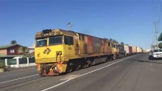路面軌道を行く貨物列車1