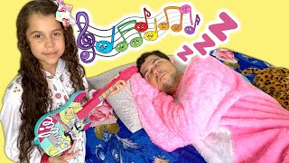 SARAH TENTA ACORDAR O PAPAI COM INSTRUMENTOS MUSICAIS